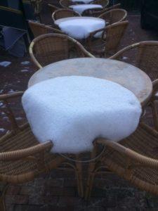 De sneeuwkleedjes glijden van de terrastafels
